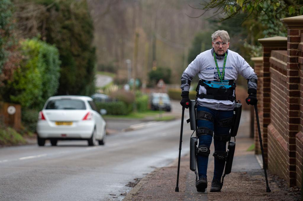Kétszáz kilométert gyalogolt egy deréktól lefelé lebénult férfi exoszkeletonnal